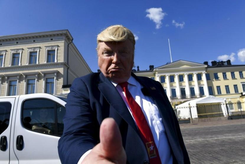 Presiden AS Donald Trump berpose di depan Istana Presiden di Helsinki, Finlandia, Ahad (15/7).
