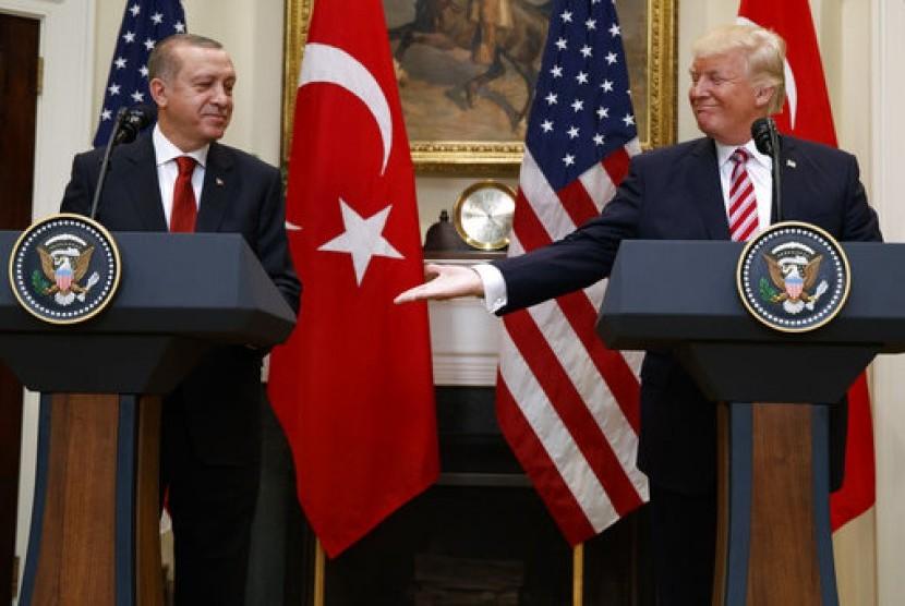 Presiden AS Donald Trump bersama Presiden Turki Recep Tayyip Erdogan di Roosevelt Room, Gedung Putih, Selasa, 16 Mei 2017, di Washington.