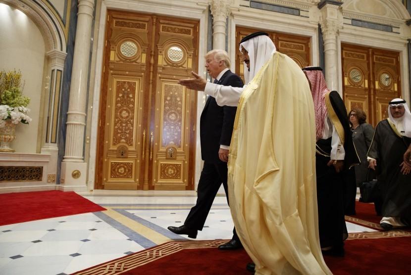 Presiden AS Donald Trump bersama Raja Salman di Riyadh, (21/5).