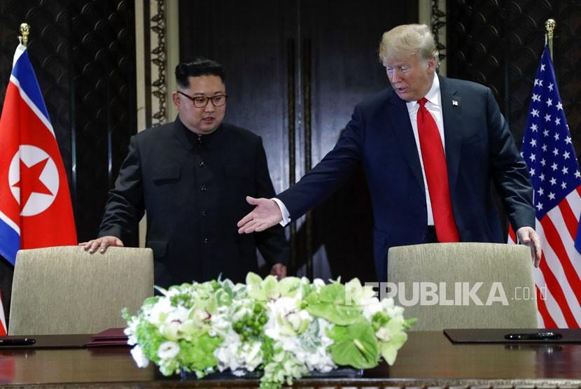 Presiden AS Donald Trump bertemu dengan pemimpin Korea Utara Kim Jong Un di Pulau Sentosa, Singapura, Selasa (12/6).