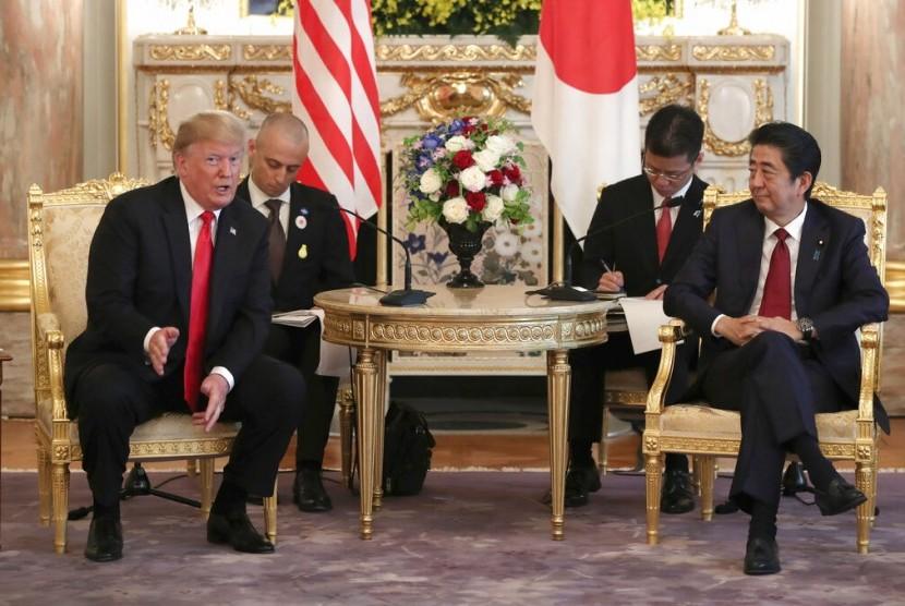 Presiden AS Donald Trump bertemu dengan Perdana Menteri Jepang Shnzo Abe di Istana Akasaka, Tokyo, Senin (27/5).
