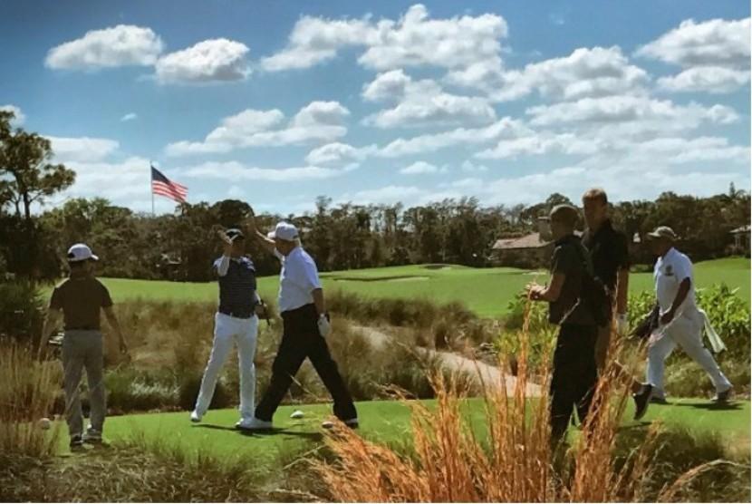 Presiden AS Donald Trump (ketiga kanan) melakukan tos Perdana Menteri Jepang Shinzo Abe saat bermain golf di Florida, AS pada Sabtu (11/2) waktu setempat.