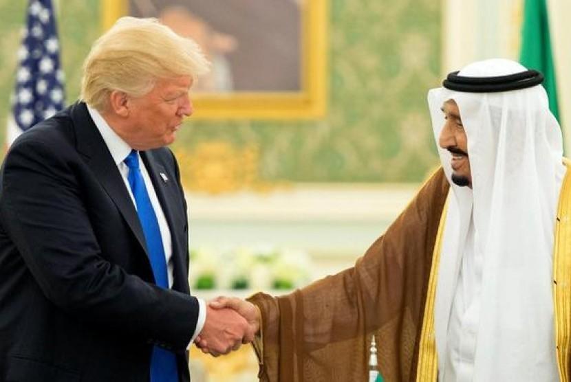 Presiden AS, Donald Trump (kiri) bersama Raja Salman (kanan)