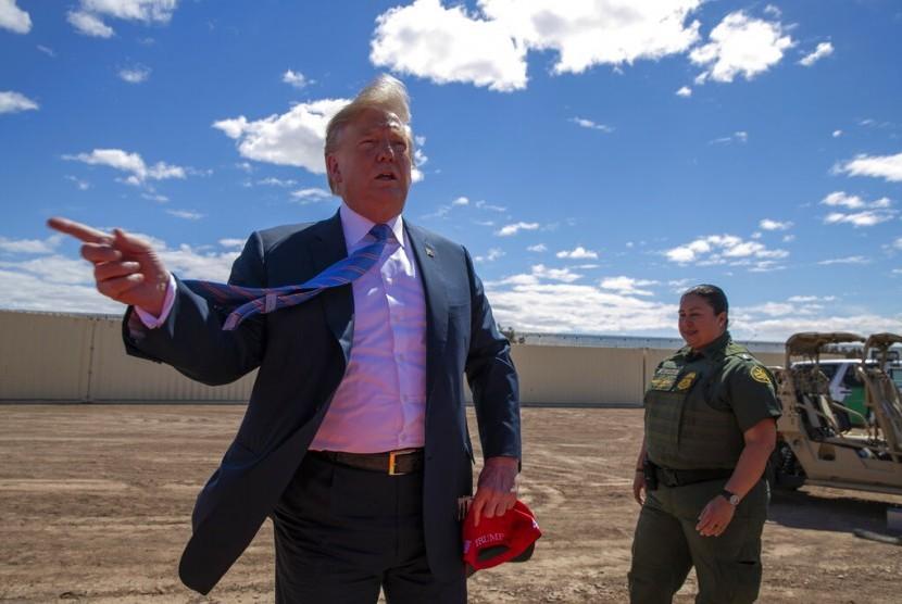 Presiden AS Donald Trump saat mengunjungi bagian baru tembok perbatasan dengan Meksiko di Calexico, Kalifornia, Jumat (5/4).