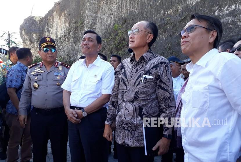 Presiden Bank Dunia, Jim Yong Kim bertolak ke Bali untuk meninjau kesiapan rencana pelaksanaan Pertemuan Tahunan Bank Dunia - Dana Moneter Internasional (IMF) di Bali. Beliau didampingi sejumlah perwakilan Bank Dunia dan menteri Kabinet Kerja.