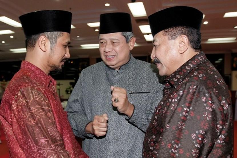 Presiden berbicara kepada Ketua KPK Abraham Samad dan Kapolri Jenderal Timur Pradopo.