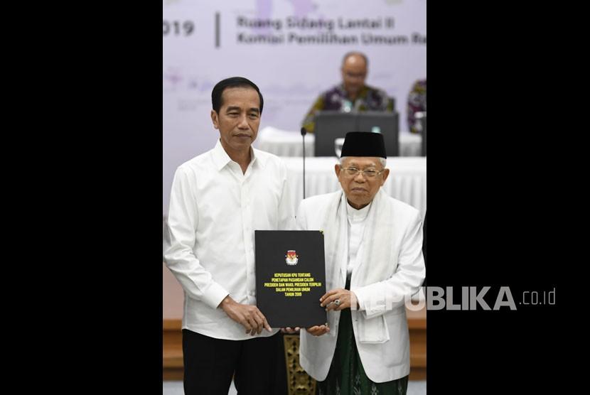 Presiden dan Wakil Presiden terpilih periode 2019-2024, Joko Widodo (kiri) dan KH Ma'ruf Amin menerima surat keputusan KPU tentang Penetapan Hasil Pemilu 2019 di gedung KPU, Jakarta, Ahad (30/6/2019).