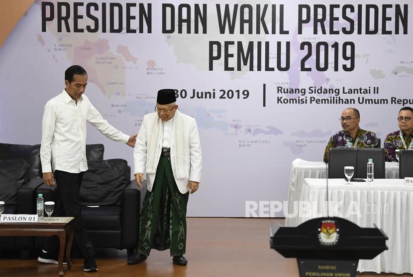 Presiden dan Wakil Presiden terpilih periode 2019-2024, Joko Widodo (kiri) dan KH Ma'ruf Amin (kedua kiri) menghadiri Rapat Pleno Terbuka Penetapan Pasangan Calon Presiden dan Wakil Presiden Terpilih Pemilu 2019 di gedung KPU, Jakarta, Ahad (30/6/2019).