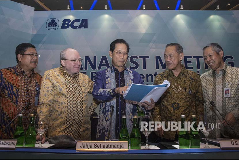 Presiden Direktur BCA Jahja Setiaatmadja (tengah), Presiden Komisaris BCA Djohan Emir Setijoso (kedua kanan), Wakil Presiden Direktur BCA Eugene Keith Galbraith (kedua kiri), Direktur BCA Suwignyo Budiman (kanan), dan Direktur BCA Subur Tan (kiri) berbincang sebelum menyampaikan pemaparan hasil kinerja BCA tahun 2017 di Jakarta, Kamis (8/3).