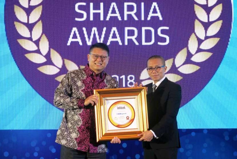 Presiden Direktur BCA Syariah John Kosasih menerima penghargaan Infobank Sharia Award 2018