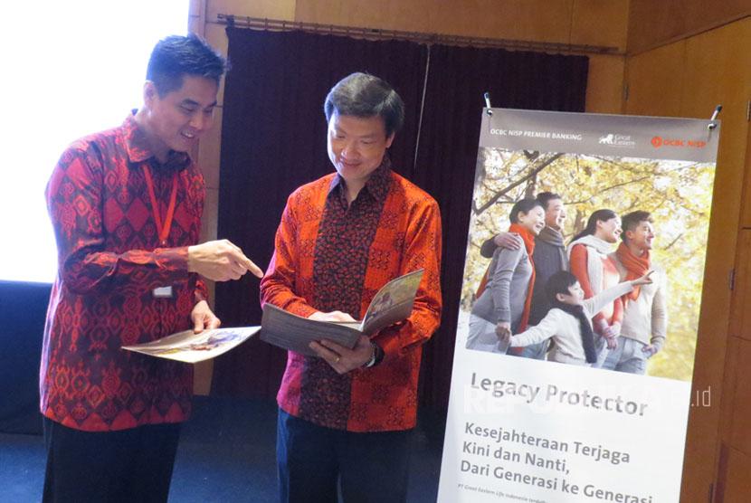 Presiden Direktur dan CEO PT Great Eastern Life Indonesia Clement Lien berbincang dengan Direktur Bank OCBC NISP Thomas Low usai peluncuran produk Legacy Protector di Jakarta, Kamis (7/9).