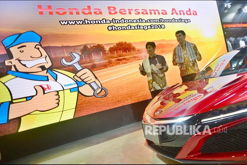 Presiden Direktur Honda Prospect Motor Takehiro Watanabe (kiri) dan DirekturMarketing dan Layanan Purna JualJonfis Fandy berfoto di depan Honda NSX di Jakarta, Kamis (24/5). Menyambut musim mudik dan Lebaran 2018 HPM menghadirkan Honda Emergency Service tau Bengkel Siaga Honda.