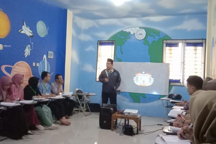 Presiden direktur Klinik Pendidikan MIPA Ridwan Hasan Saputra memberi pelatihan MNR dan SMS.