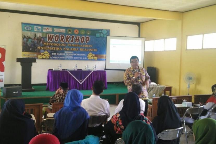 Presiden Direktur KPM Raden Ridwan Hasan Saputra memberikan motivasi cara berpikir supra rasional  di Pondok Pesantren (Ponpes) Tahfidz Alquran di Cijantung, Ciamis, Jawa Barat.
