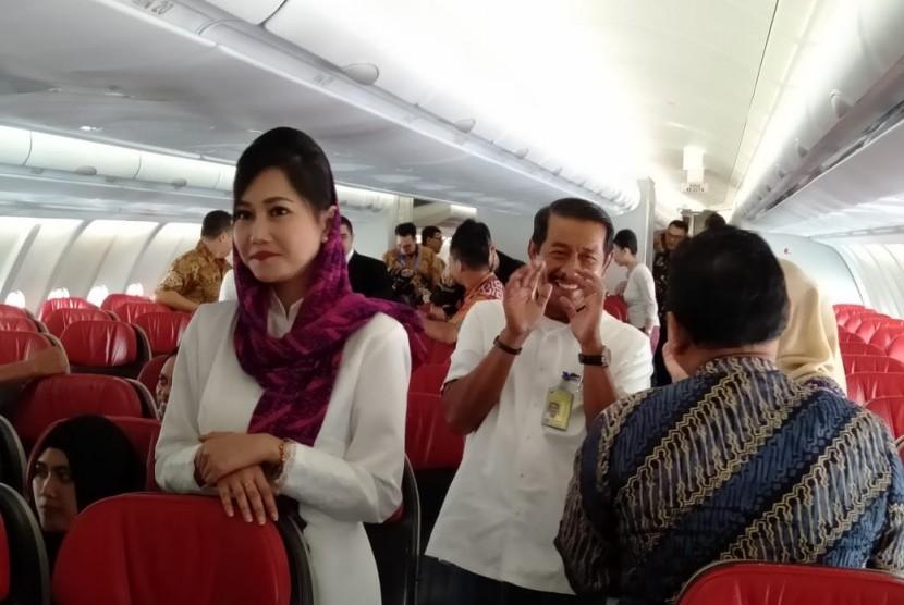 Presiden Direktur Lion Air Group Edward berfoto bersama di pesawat baru Batik Air tipe Airbus 330-300 yang terparkir di apron Terminal 1 Bandara Soekarno-Hatta, Jumat (8/11) yang akan melayani penerbangan umrah mulai 10 Desember 2019.