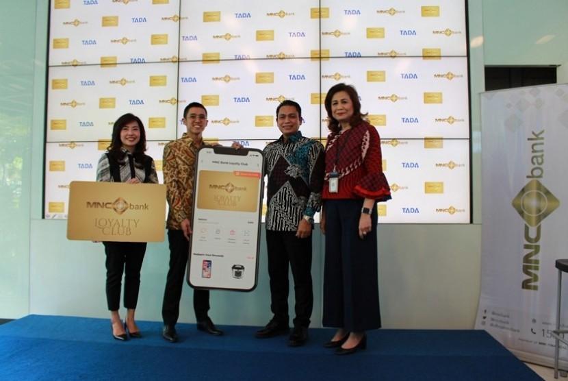 Presiden Direktur MNC Bank Mahdan (kedua kanan) saat peluncuran kartu kredit digital MNC Bank Loyalty Club.