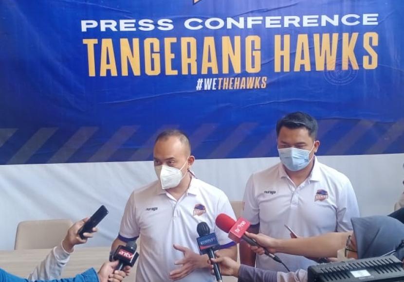 Presiden Direktur Tangerang Hawks Rama Datau (kiri) bersama pelatih  Tangerang Hawks Efri Meldi.
