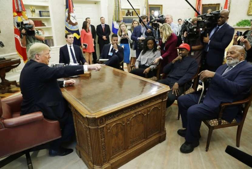 Presiden Donald Trump bertemu dengan rapper Kanye West, Jumat (12/10), di Gedung Putih.