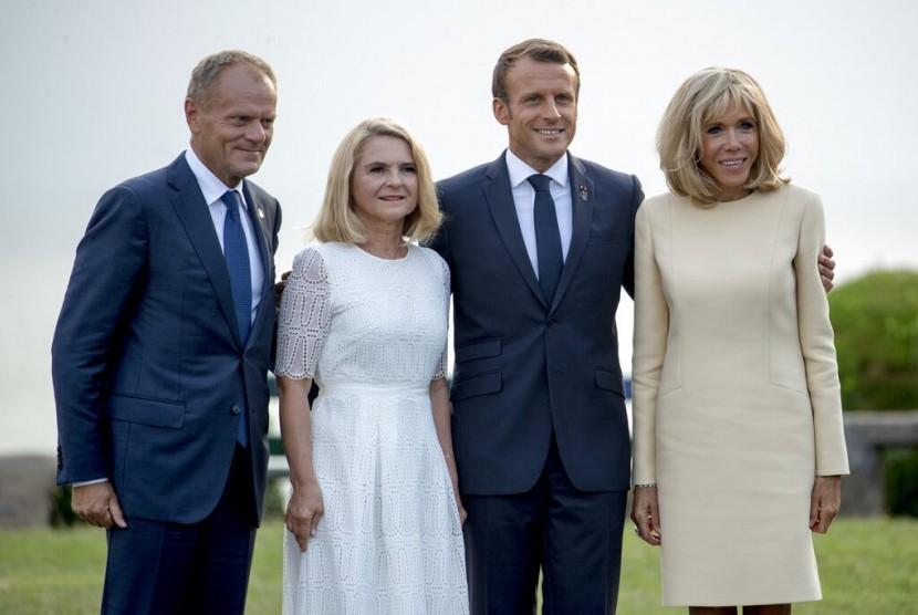 Presiden European Council Donald Tusk (dari kiri), istrinya Malgorzata Tusk, Presiden Prancis Emmanuel Macron, dan istrinya Brigitte Macron, berposen untuk media di KTT G7 sebelum acara di Biarritz, Prancis, Ahad (25/8).
