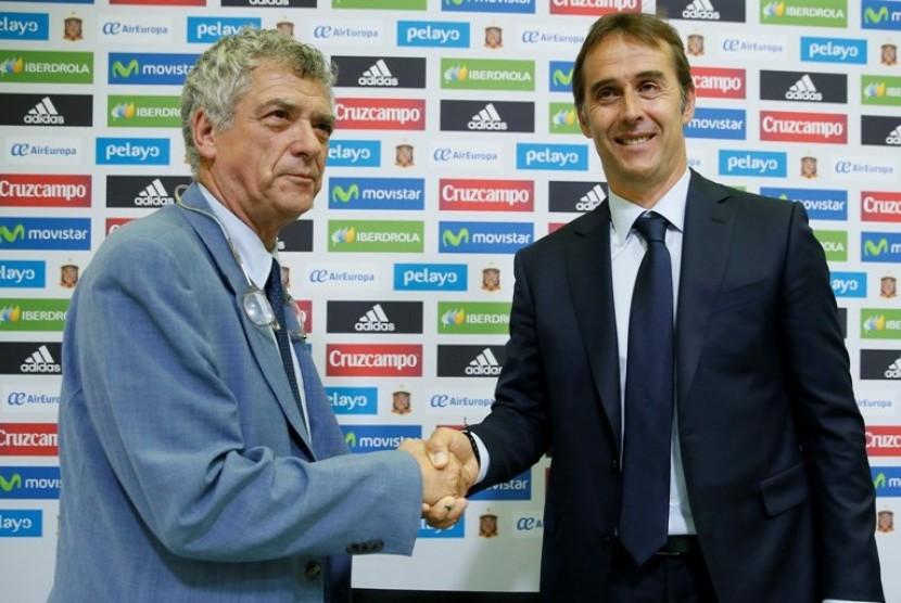 Presiden Federasi Sepak Bola Spanyol (RFEF) Angel Maria Villar (kiri) bersama pelatih baru timnas Spanyol Julen Lopetegui.
