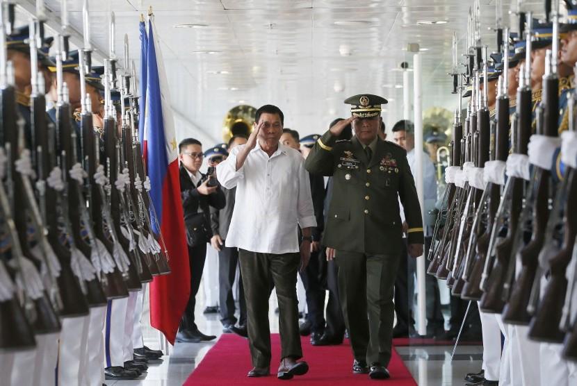 Presiden Filipina Rodrigo Duterte sebelum naik ke pesawat untuk kunjungan tiga hari ke Jepang, Selasa (25/10).