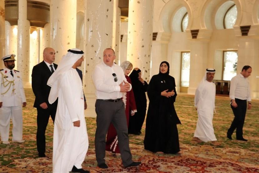 Presiden Georgia Giorgi Margvelashvili mengunjungi Masjid Agung Sheikh Zayed di Abu Dhabi, Uni Emirat Arab (UEA) pada Rabu (11/4).