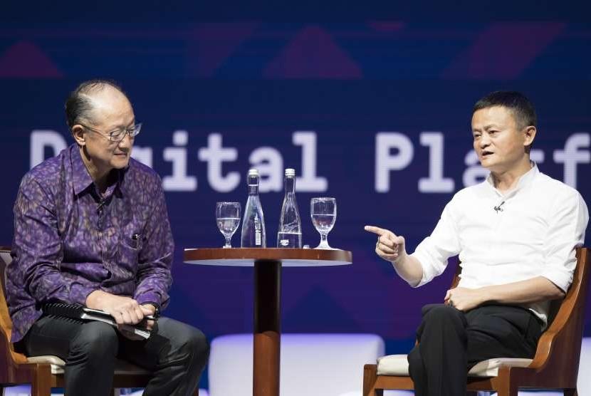 Presiden Grup Bank Dunia Jim Yong Kim (kiri) bersama Pendiri Alibaba Jack Ma (kanan) menjadi pembicara di sela-sela Pertemuan Tahunan IMF - World Bank Group 2018 di Bali Nusa Dua Convention Center, Nusa Dua, Bali, Jumat (12/10).
