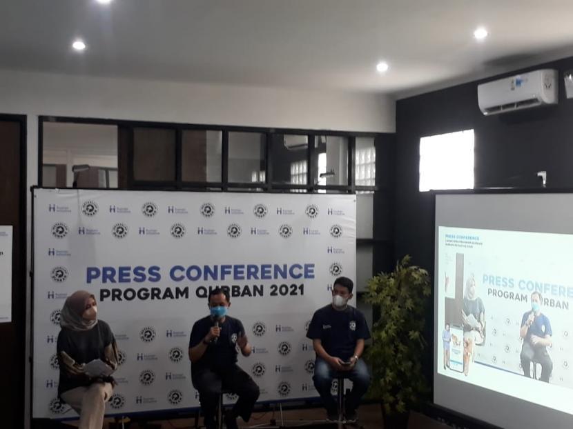 Presiden Human Initiative Tomy Hendrajati (tengah) menyampaikan pidato peluncuran program Sebar Qurban dan Kick Off Kerjasama Dengan Mitra Channel Payment Qurban Human Initiative 2021 di Human Initiative Headquarter, Depok, Selasa (15/6).
