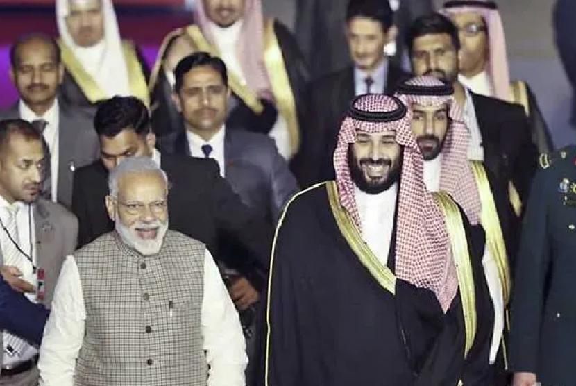 Presiden India Narendra Modi menyambut Pangeran Muhammad bin Salman di Bandara.