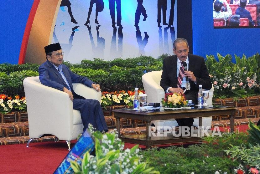 Presiden Indonesia ke tiga BJ Habibie (kiri) menjadi pembicara dalam Presidential Lecture di Gedung BI, Jakarta, Senin (13/2).