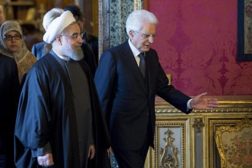 Presiden Iran Hassan Rouhani (kiri) berjalan bersama Presiden Italia Sergio Mattarella di Istana Presiden  Quirinale di Roma, Italia, Senin, 25 Januari 2016.