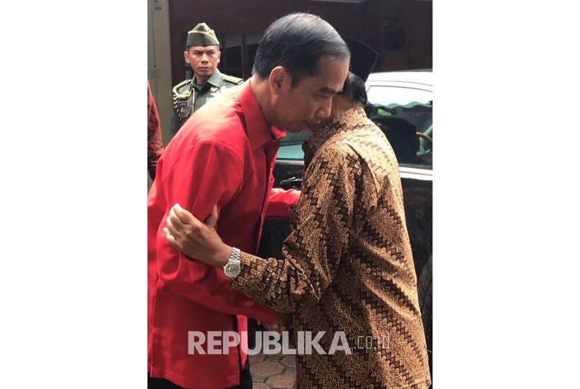 Presiden Joko Widodo antarkan BJ Habibie ke rumah Kedinasa.