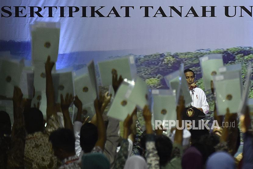 Presiden Joko Widodo berbicara di depan ribuan warga yang telah mendapatkan sertifikat tanah di Sukabumi, Jawa Barat, Sabtu (7/4).