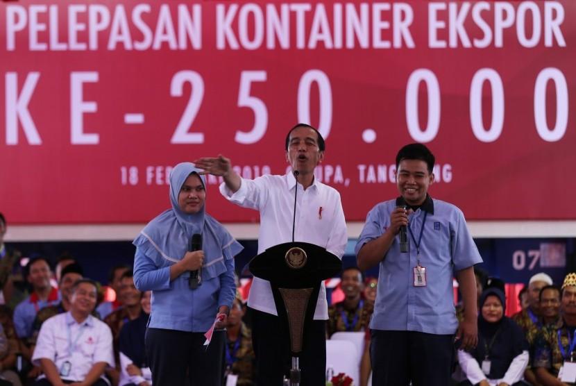 Presiden Joko Widodo berdialog dengan dua karyawan pada acara Pelepasan Kontainer Ekspor Mayora ke 250 ribu ke Filipina di Bitung, Tangerang, Banten, Senin (18/2/2019).
