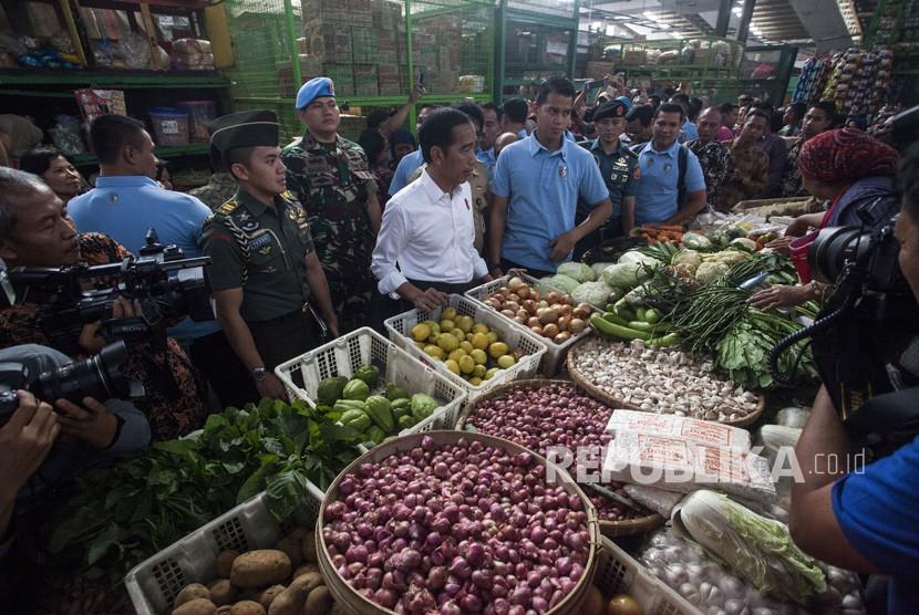 President Joko Widodo talks to a vegetable seller during an impromptu visit to Kranggan Market, Yogyakarta on Wednesday.