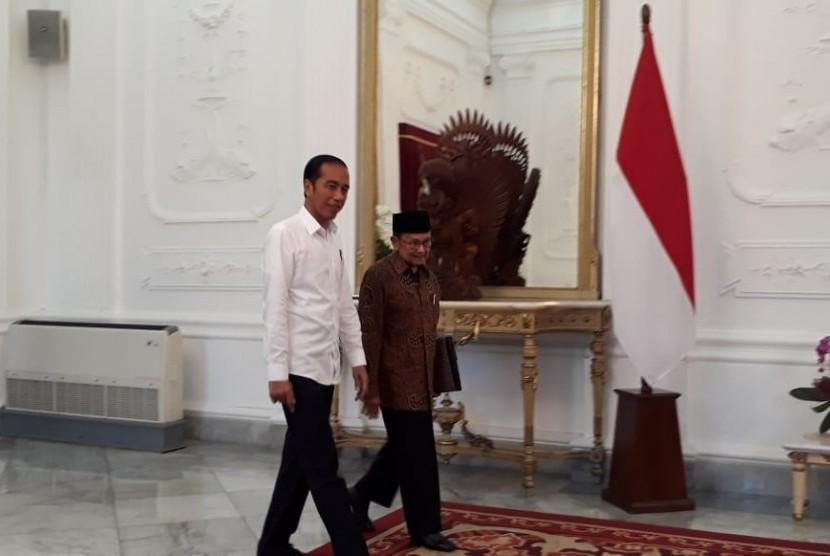 Presiden Joko Widodo berjalan bersama Presiden ke-3 RI BJ Habibie, di Istana Negara, Jumat (24/5) sore.