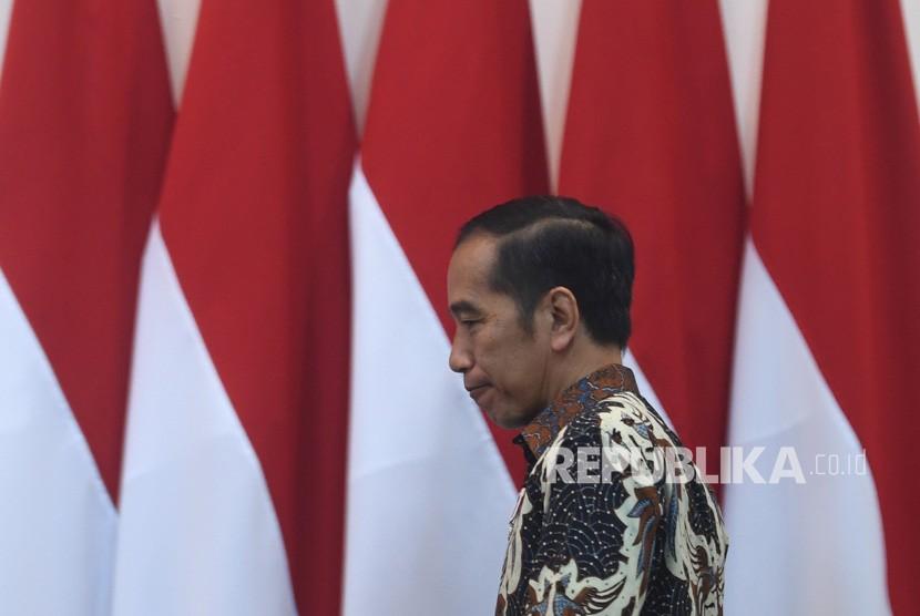 Presiden Joko Widodo berjalan memasuki ruang rapat terbatas (ratas) di Kantor Presiden, Jakarta, Selasa (6/8/2019).