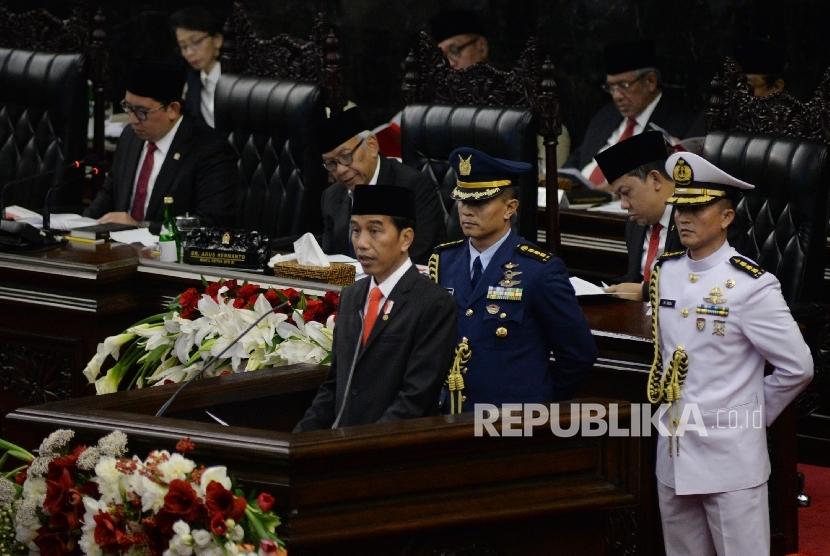 Presiden Joko Widodo berpidato saat Sidang Paripurna DPR Tahun 2017 di Kompleks Parlemen, Senayan, Jakarta, Rabu (16/8).
