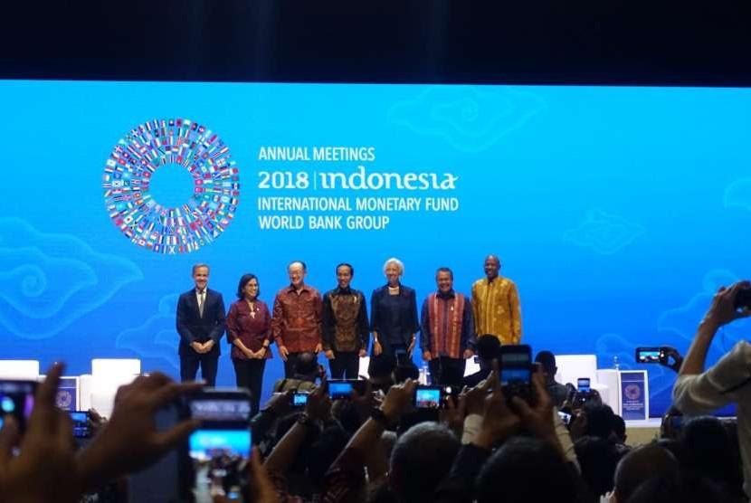 Presiden Joko Widodo bersama Direktur Pelaksana Dana Moneter Internasional Christine Lagarde, Presiden Bank Dunia Jim Yong Kim, Menteri Keuangan Sri Mulyani Indrawati, dan Gubernur BI Perry Warjiyo  dalam peluncuran Bali Fintech Agenda di Nusa Dua, Bali pada Kamis (11/10)