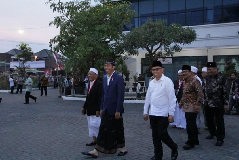Presiden Joko Widodo bersama Ketua OJK Wimboh Santoso hadir di Pondok Pesantren As-Salafi Al-Fithrah, Surabaya Jawa Timur untuk meresmikan Bank Wakaf Mikro Al-Fithrah Wava Mandiri pada Jumat (9/3).