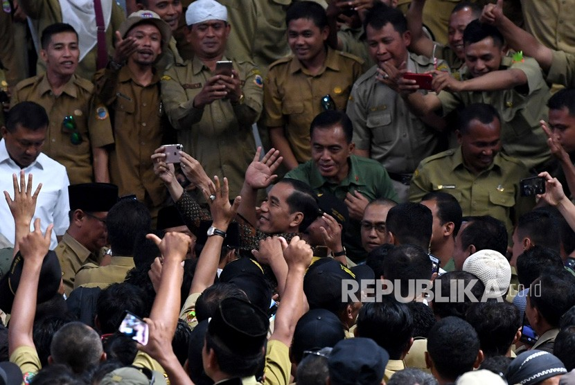 Presiden Joko Widodo berswafoto ketika bertemu ribuan perangkat desa yang tergabung dalam Persatuan Perangkat Desa Indonesia di Istora Senayan, Jakarta, Senin (14/1/2019).