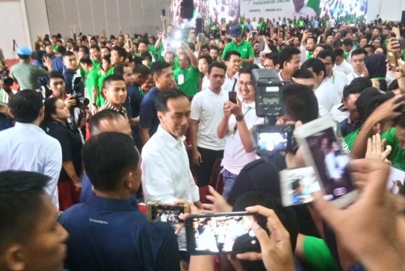 Presiden Joko Widodo bertemu dengan ribuan pengemudi transportasi online Gojek, Grab, dan Bluebird dalam Silaturahmi Nasional Pengemudi Online bersama Presiden Jokowi di Jakarta International Expo, Kemayoran, Jakarta Pusat, Sabtu (12/1).