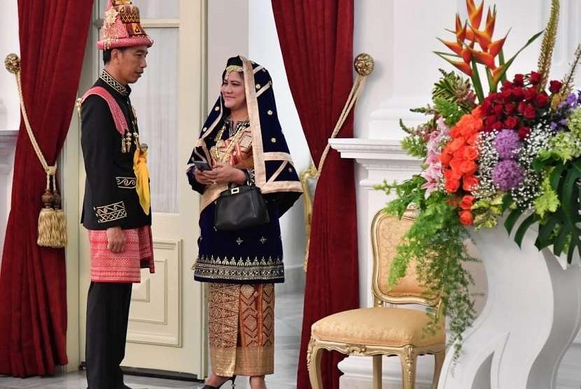 Presiden Joko Widodo dan Ibu Negara Iriana Joko Widodo bersiap mengikuti upacara, Istana Merdeka, Jumat 17 Agustus 2018 pukul 09.35 WIB.  Setpres