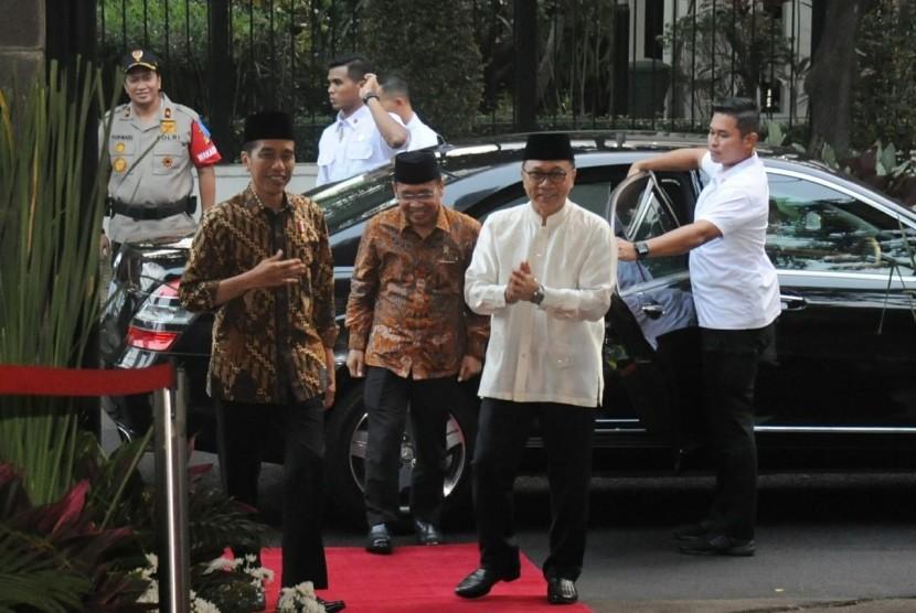 Presiden Joko Widodo dan Ketua MPR Zulkifli Hasan saat acara berbuka puasa di rumah dinas ketua MPR, Jumat (8/6).
