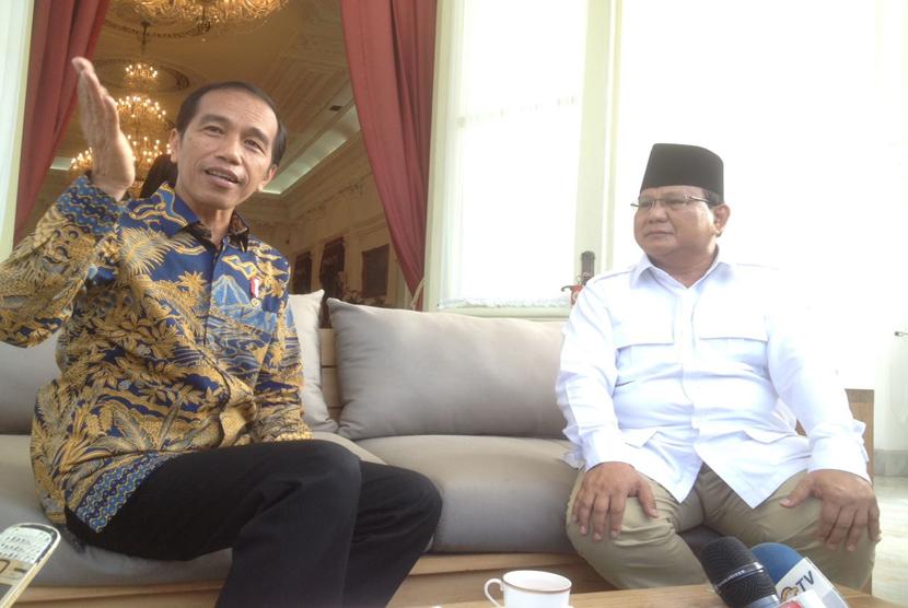 Presiden Joko Widodo dan Ketua Umum Partai Gerindra Prabowo Subianto memberikan keterangan pers usai melakukan pertemuan tertutup di Istana Merdeka, Kamis (17/11).