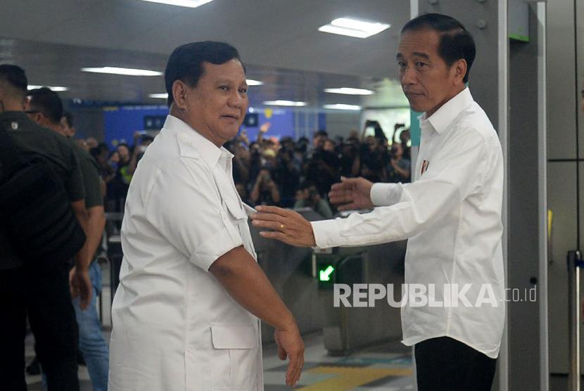 Presiden Joko Widodo dan Ketua Umum Partai Gerindra Prabowo Subianto berjabat tangan saat tiba di Stasiun MRT Lebak Bulus, Jakarta, Sabtu (13/7).