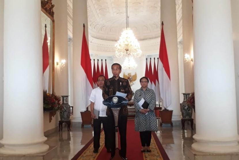 Presiden Joko Widodo didamping Menteri Luar Negeri Retno Marsudi (kiri) dan Menteri Sekreteris Negara Pratikno (Mensesneg) memberikan keterangan terkait terpilihnya Indonesia menjadi DK PBB, Selasa (12/6).