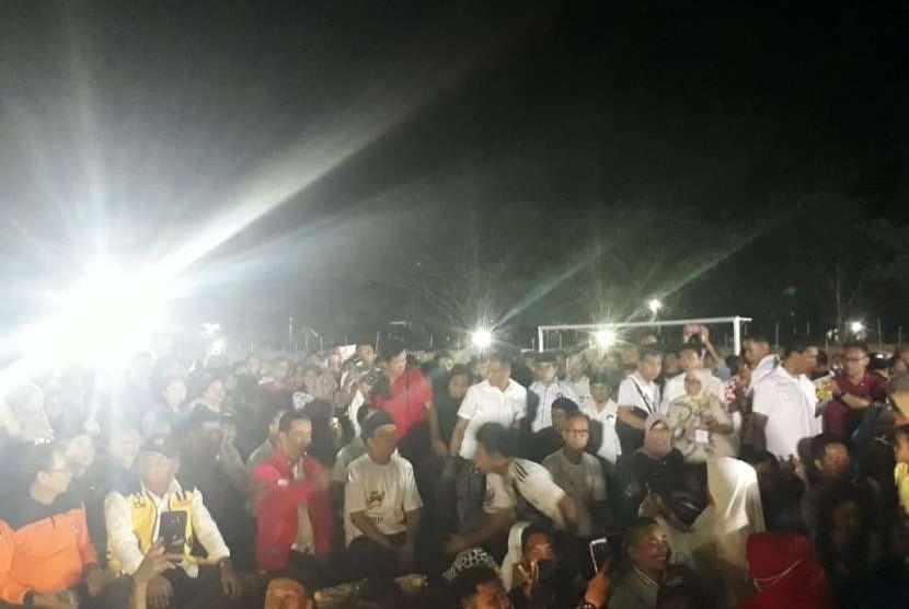 Presiden Joko Widodo (Jokowi) bersama Gubernur NTB TGB Zainul Majdi nonton bareng penutupan Asian Games di pos pengungsian Gunungsari, Kabupaten Lombok Barat, NTB, Ahad (2/9) malam.