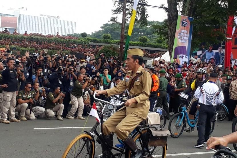 Presiden Joko Widodo (Jokowi), bersepeda dengan ribuan masyarakat Jabar, Sabtu (10/11). Sebelum bersepeda, Jokowi melepas puluhan ribu peserta goes tersebut.