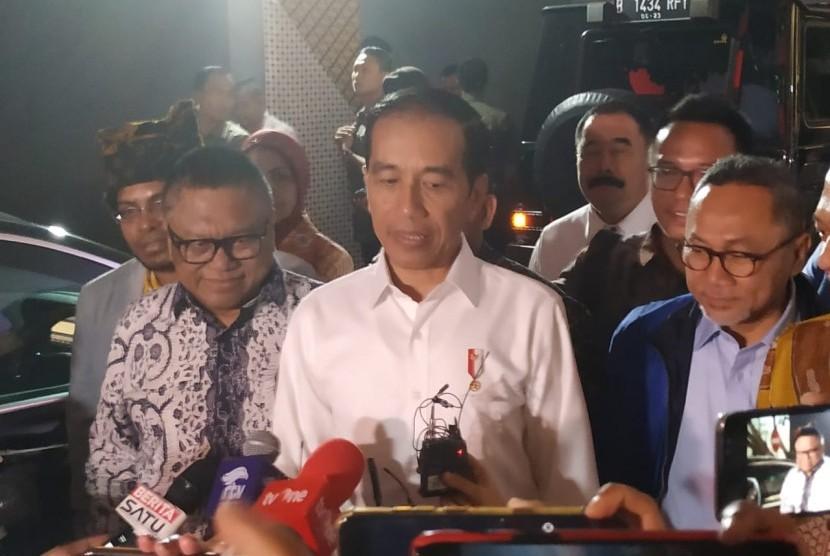 Presiden Joko Widodo (Jokowi) memberikan keterangan ke awak media usai menyambangi Kompleks Parlemen, Senayan, Jakarta, Kamis (15/8).